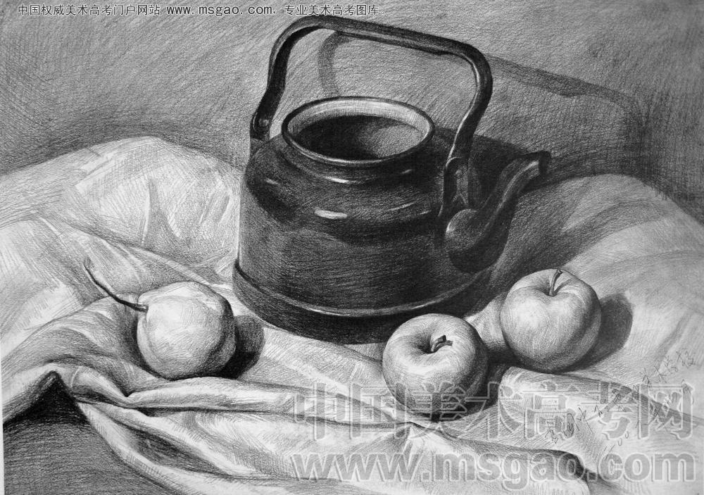 素描静物水壶加两个苹果一个梨子和一块衬布