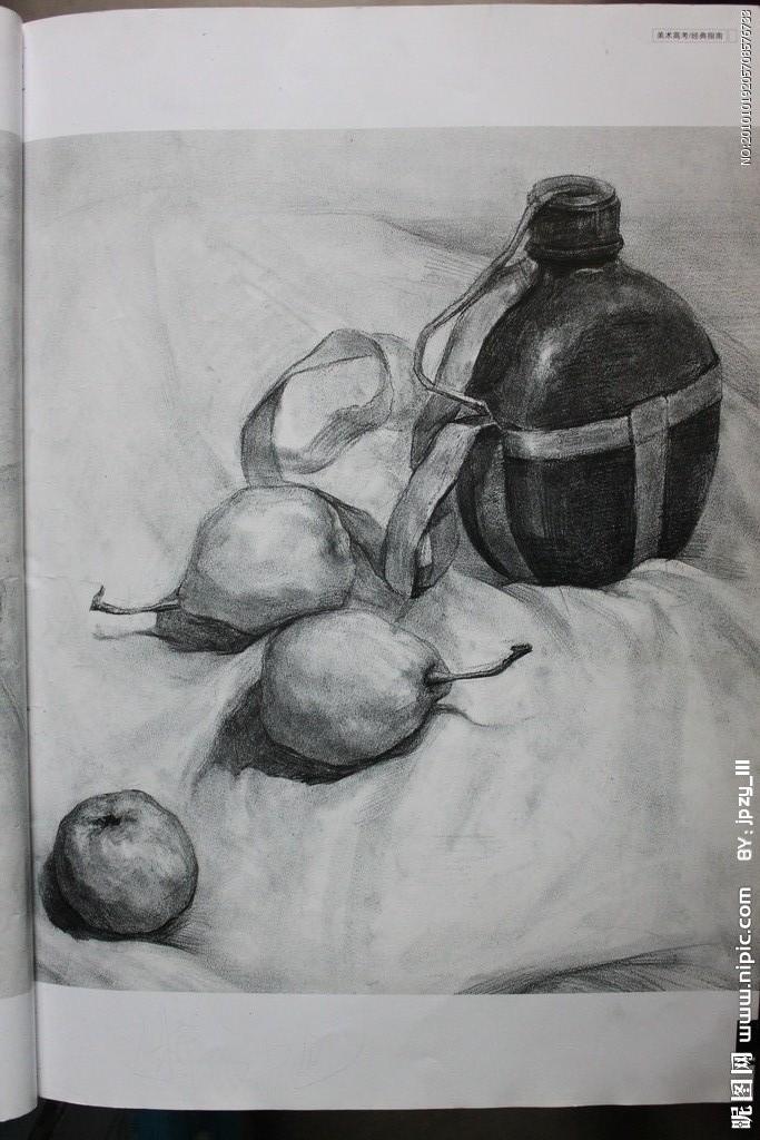 素描军用水壶加两个梨子与一个苹果
